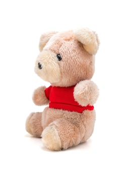 Boneca de ursinho de pelúcia com camisa vermelha em branco