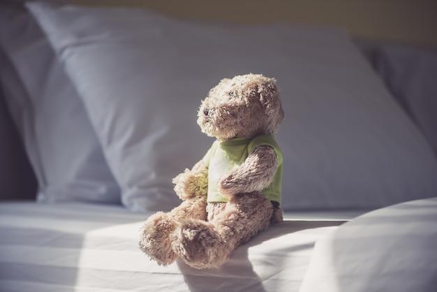 Boneca solitária carrega perto da janela