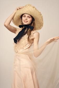 Boneca vintage concurso imagem de uma jovem mulher em um vestido transparente e com um chapéu, uma boneca viva