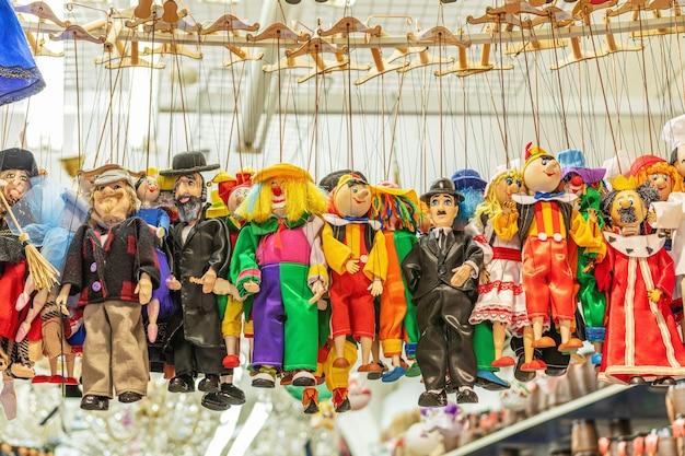 Bonecas feitas à mão no mercado em praga.