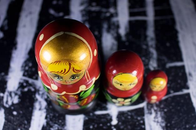 Bonecas russian do babushka de matrioshka na pintura acrílica preto e branco