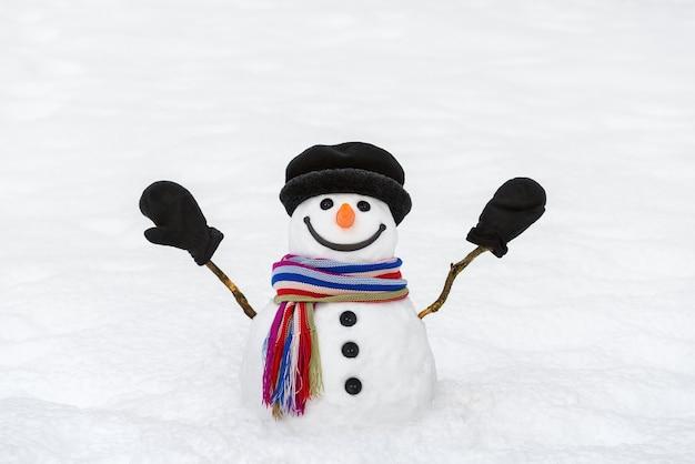 Boneco de neve alegre com luvas. cartão de ano novo e natal com um personagem tradicional de inverno