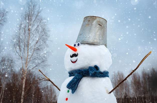 Boneco de neve bonito ao ar livre