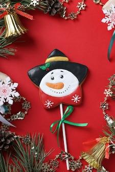 Boneco de neve de gengibre em fundo vermelho. deleite de natal. orientação vertical.