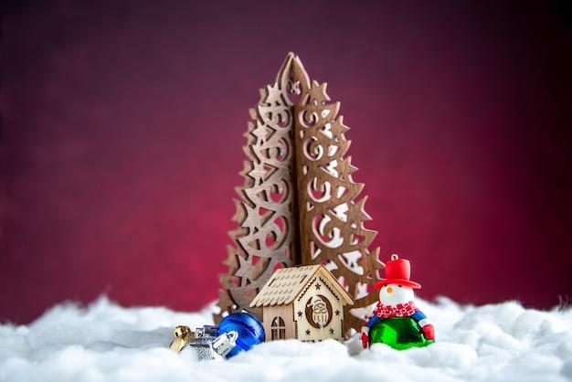 Boneco de neve de madeira com árvore de natal, vista frontal, pequena casa de madeira