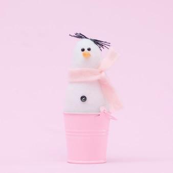 Boneco de neve de natal em uma parede rosa delicada