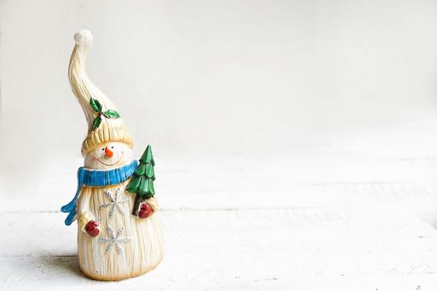 Boneco de neve de natal segurando pinho branco