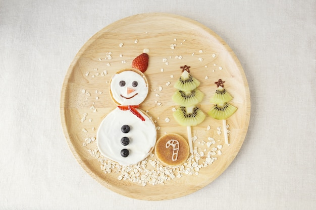 Boneco de neve e café da manhã panqueca árvore de natal para crianças