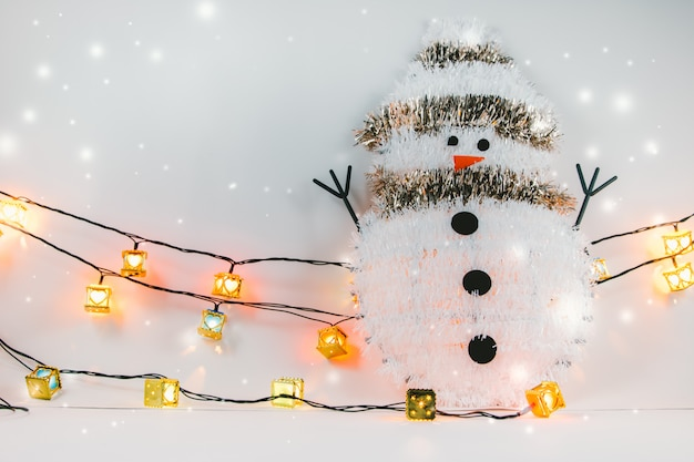 Boneco de neve e enfeite artigos de árvore de natal decoram em noite silenciosa.
