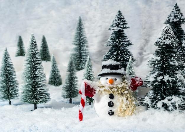 Boneco de neve em bosques de pinheiros durante o inverno