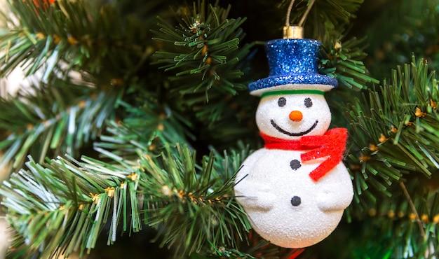 Boneco de neve em uma árvore