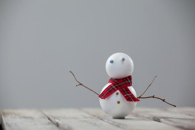 Boneco de neve em uma mesa de madeira