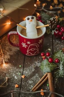 Boneco de neve na caneca de café