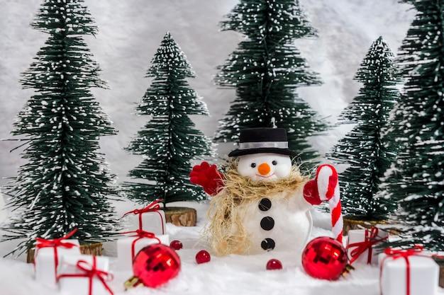 Boneco de neve na floresta de pinheiros com neve para o natal