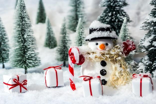 Boneco de neve na floresta de pinheiros com neve