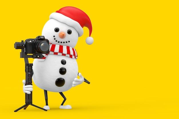 Boneco de neve na mascote do personagem do chapéu de papai noel com coração vermelho e dslr ou sistema de tripé de estabilização do cardan da câmera de vídeo em um fundo amarelo. renderização 3d