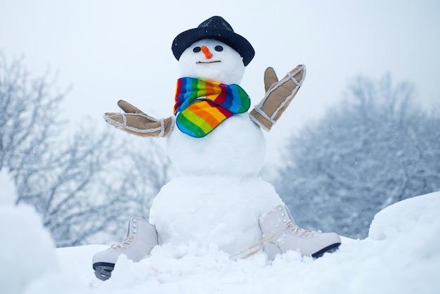Boneco de neve pequeno bonito ao ar livre.