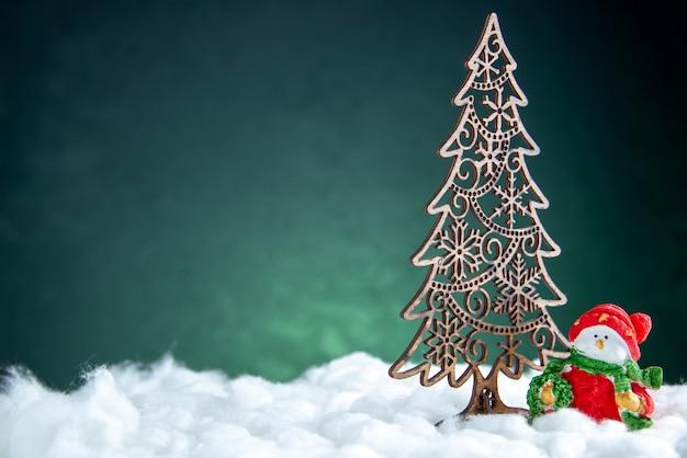 Boneco de neve pequeno com decoração de árvore de natal vista frontal