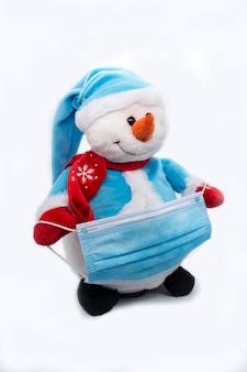 Boneco de neve segurando proteção máscara facial azul médica proteção covid