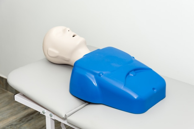 Boneco de treinamento do hospital na cama do hospital com a boca aberta