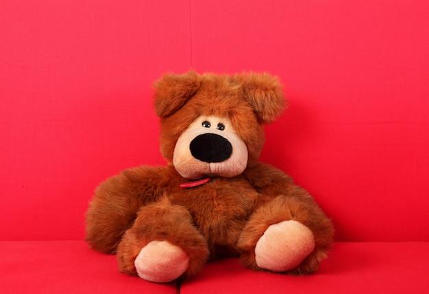 Boneco doce em sofás vermelho