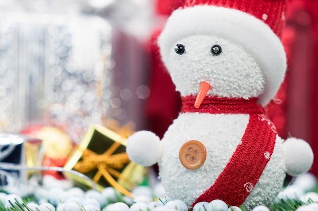 Boneco neve, em, papai noel, chapéu conduzido, por, um, carrinho de compras, com, presente