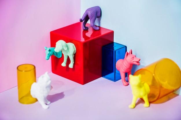 Bonecos de animais em miniatura coloridos e brilhantes