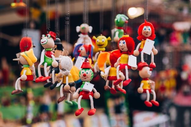 Bonecos de brinquedo de madeira na loja de presentes