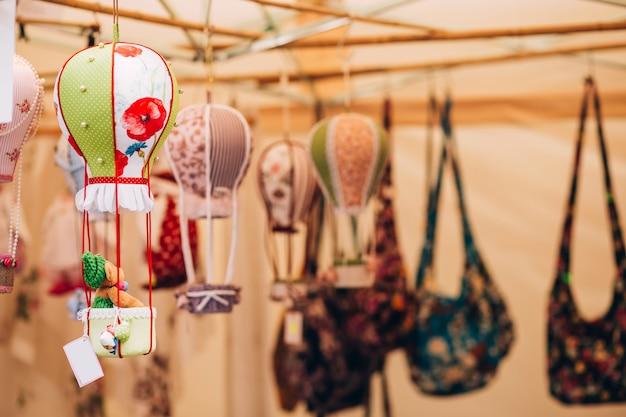 Bonecos de marionetes artesanais tradicionais são vendidos no mercado