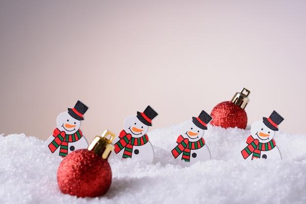 Bonecos de neve de enfeite de natal e bolas na neve