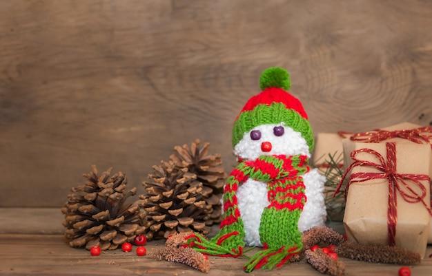 Bonecos de neve feitos com pompons de lã