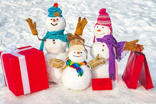Bonecos de neve felizes com roupas humanas