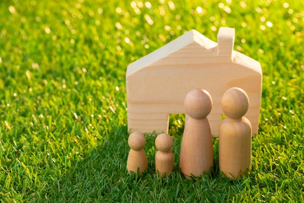Bonecos masculinos de madeira e casinha de brinquedo