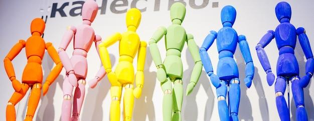 Bonecos robôs multicoloridos em um fundo branco