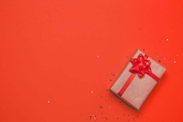 Bonita caixa de presente com laço vermelho