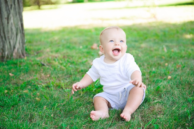 Bonita criança alegre com mãe brincar ao ar livre no parque