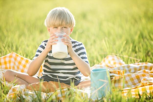 Bonita criança bebendo leite. adorável menino comendo pão