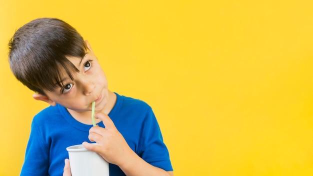Bonita criança bebendo um milk-shake