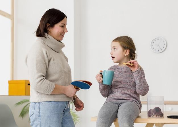 Bonita criança falando com a mãe