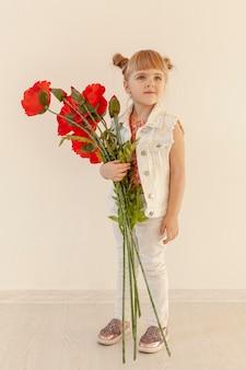 Bonita criança posando com flores