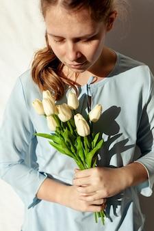 Bonita dama segurando tulipas close-up