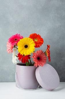 Bonita decoração minimalista em uma mesa branca