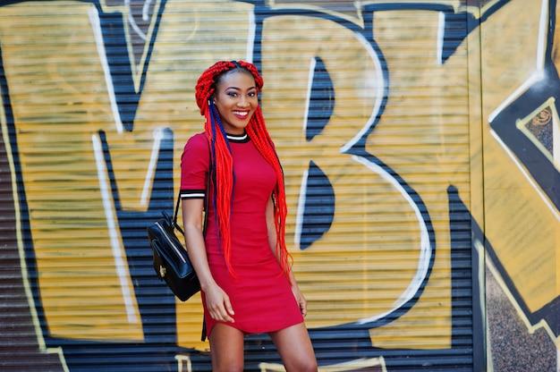 Bonita e magra garota afro-americana no vestido vermelho