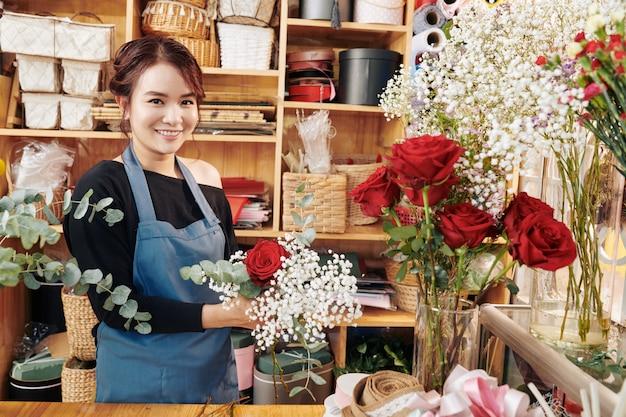 Bonita florista trabalhando em estúdio