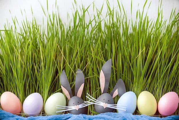 Bonita foto criativa com ovos de páscoa, alguns ovos como o coelhinho da páscoa