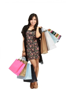Bonita jovem mulher asiática com sacos de compras