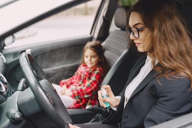 Bonita mãe e filha estão viajando de carro