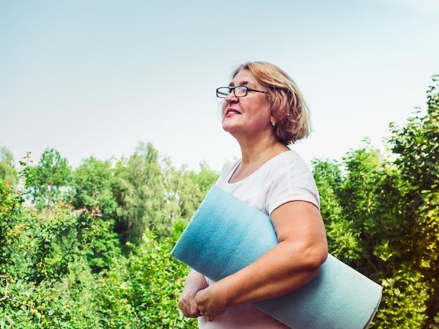 Bonita, mulher adulta fazendo exercício no parque
