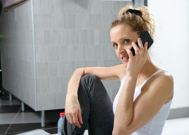 Bonita mulher desportiva usando seu smartphone