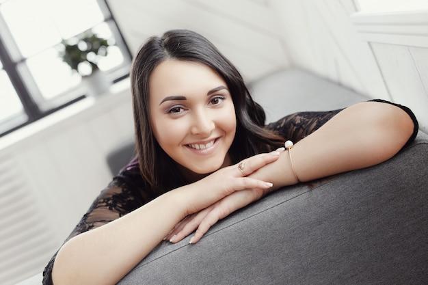 Bonita mulher feliz sorrindo